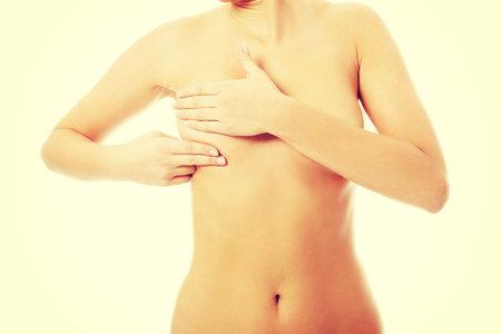 Samovyšetření prsu může odhalit rakovinu včas.
