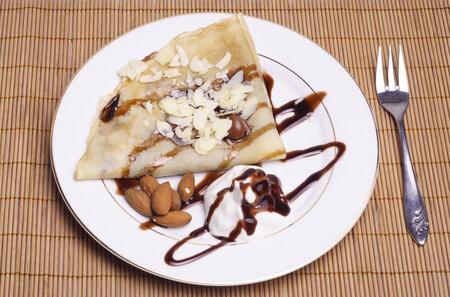 Palačinka s čokoládou a mandlemi