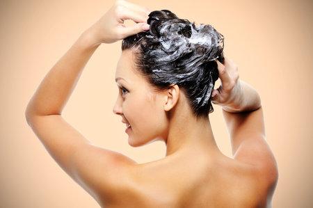 Maska z býčího spermatu je prý úplným balzámem pro vlasy, které jsou po ní jemné a krásné.