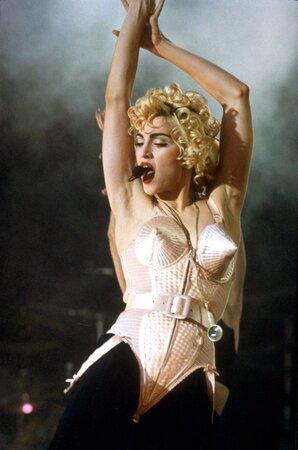 Madonna a zřejmě nejznámější Gaultierův model - špičaté body