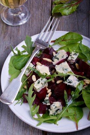 Salát z červené řepy a modrého sýru