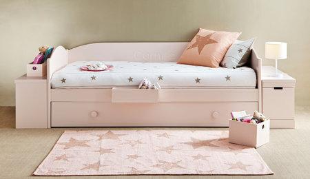 Hvězdy a hvězdičk na dobré spaní mohou být na ložní soupravě z jemné bavlny nebo koberci z ručně zpracované bavlny. viabel.cz, povlečení 2720 Kč, koberec 5088 Kč