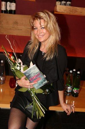 Eva Vejmělková při křtu své nové knihy Růžové moře.