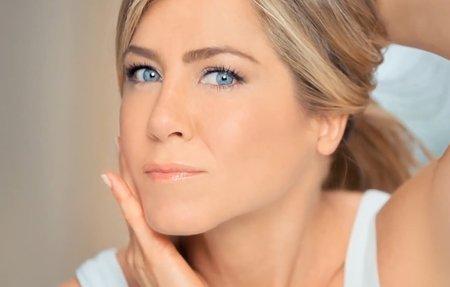 Prozradíme vám, co se skrývá v kosmetické taštičce Jennifer Aniston