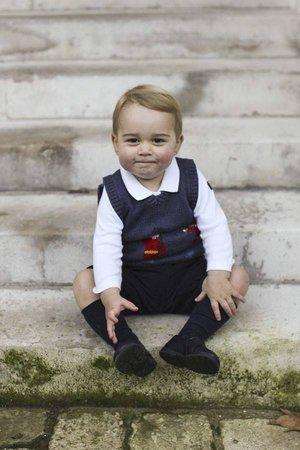 Princ George (17 m) na schodech do Kensingtonského paláce.