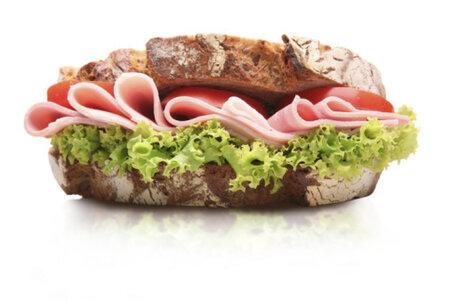 Celozrnné pečivo se šunkou je skvělou variantou dietní snídaně.