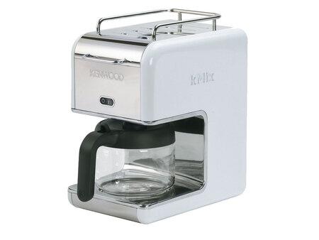 Kompaktní kávovar kMix CM020 v bílé barvě zvládá větší množství kávy pro více lidí. Euronics, 1669 Kč