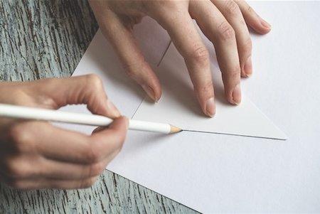 Kreslení: Vytvořte si šablony, podle kterých budete ozdoby vyrábět. Jejich obrysy překreslete na tvrdý papír.