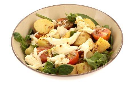 bramborový salát s rajčaty a mozzarelou