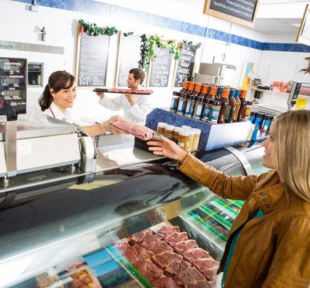 Před nákupem si maso pořádně prohlédněte a když je zabalené, zkontrolujte trvanlivost.