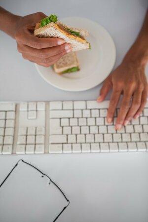 Pokud máte sedavé zaměstnání, měl by být energetický příjem jídla nižší.