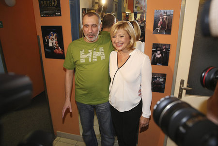 Komedii Ani spolu, ani bez sebe skvěle zahráli Jana Paulová a David Suchařípa.