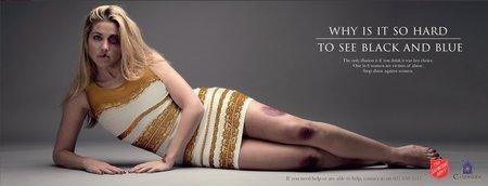 Armáda spásy pomocí šatů upozorňuje na problematiku domácího násilí na ženách.