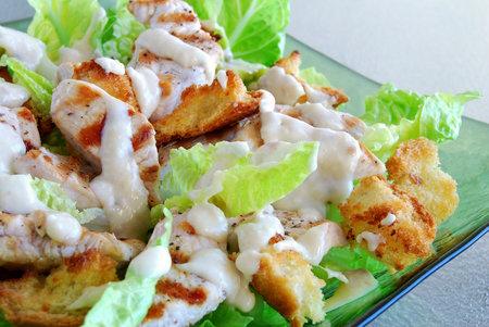 Nejhorší, co může být, je, když do salátu kromě smaženého masa, krutonů a tučného sýra přidáte ještě majonézovou zálivku.
