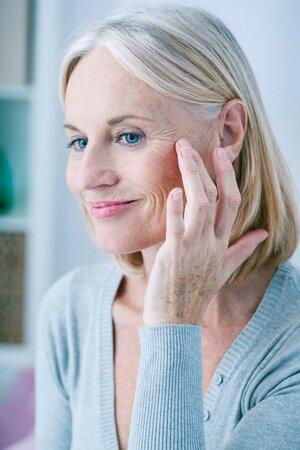 Kvůli menopauze a ztrátě estrogenů začíná u žen pokožka opravdu ztrácet na své hydrataci a elasticitě.