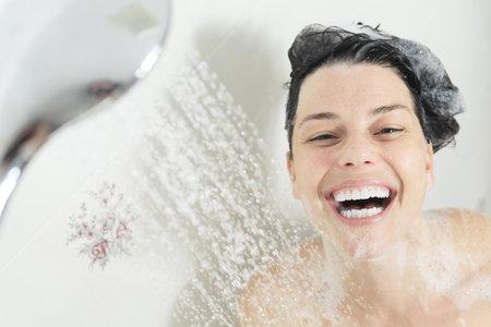 Sprchování je věda, když své kůži nechcete zbytečně škodit