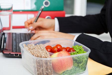 Naučte se plánovat si i přípravu jídla do práce a jeho konzumaci.
