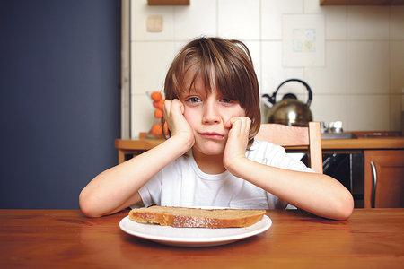 Až 100 tisíc českých dětí nechodí ve škole na obědy, protože jejich rodiče na to nemají peníze.