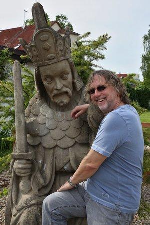 Socha Karla IV. pochází z pražské Mostecké věže. Její originál je v lapidáriu Národního muzea a mimo něj existují pouze tři kopie. Jednu z nich má Dalibor Janda na své zahradě.