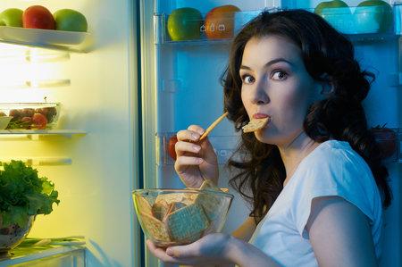Také máte prošlapanou cestu k ledničce? Možná málo spíte nebo vám chybí zdravé tuky!