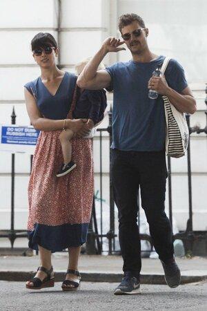 Jamie Dornan se svou manželkou a dcerou. A novým knírem!