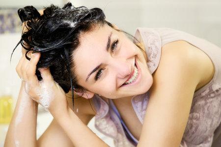 Dokážete si představit, že byste zahodila šampon a myla si vlasy pouze vodou?