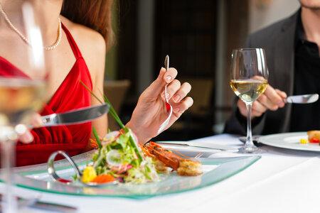 V restauraci se o jídlo podělte.