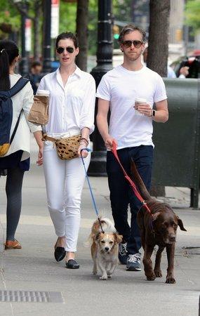 Anne se svým manželem a psy.