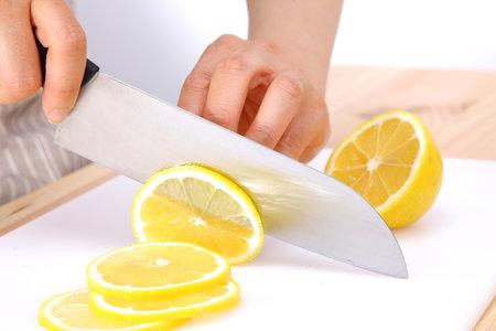 Věděli jste, že citrony nemusíte využívat jen v kuchyni? Dokážou totiž například porazit zápach, zesvětlit skvrny na vašem oblečení a vyčistit domov odshora dolů!