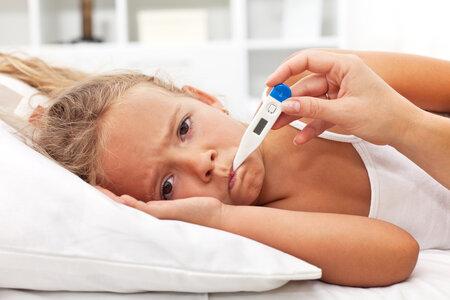 Jedním z příznaků meningokokové meningitidy může být i vysoká horečka a bolest hlavy, tak jako u chřipky.