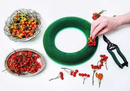 Na výrobu budete potřebovat jen korpus věnce ze zeleného florexu, který pořídíte v květinářství nebo hobby marketu, větší talíř nebo kulatý podnos pod něj, větvičky se šípky a plody hlohu, pár snítek nevěstina závoje a pokud chcete dekoraci ještě ozvláštnit, můžete přidat pár růží.