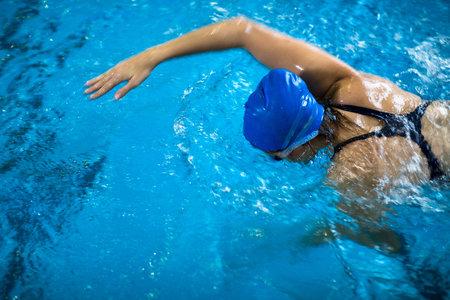 Na posilování zadního svalstva je plavání ideální.