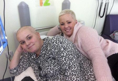 Aimee se svojí sestrou soucítila natolik, že  si nechala ostříhat vlasy.