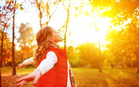 Osmdesát procent vitamínu D si tělo tvoří samo za pomoci slunečných paprsků. Proto se snažte i v tomto období chodit ven.