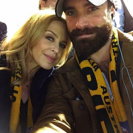 Kylie Minogue se svým nový přítelem Joshuou Sasse.