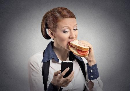 U jídla odložte práci i telefon. Mozek pak neví, na co se soustředit a bohužel většinou vyhrává práce. V důsledku čehož má tělo problém jídlo zpracovat.