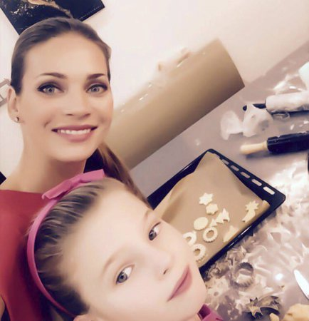 Andrea Verešová peče cukroví s dcerou.