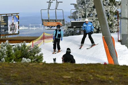 Lyžovat se dá například na Klínovci v Krušných horách. I tady ale provozovatelé skiareálu vyhlížejí ochlazení a přírodní sníh.