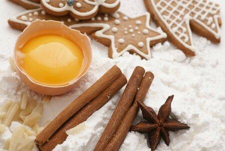 Při přípravě perníku se používá cukr i med, někdy jenom samotný cukr a zpravidla také větší množství koření.