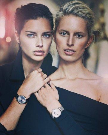 Karolína s Adrianou Limou v reklamě na luxusní hodinky.