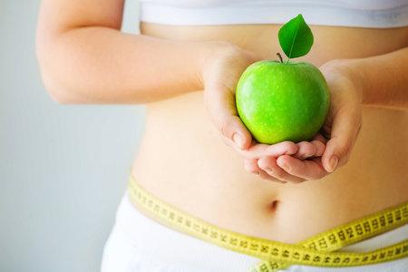 Mezi superpotraviny patří i jablka. Ačkoliv obsahují cukr, jsou plná antioxidantů, které pomáhají při spalování břišního tuku.
