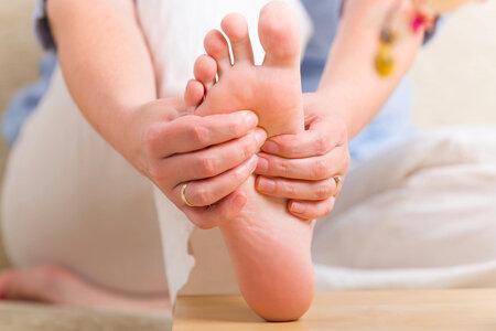 Masáž nohou vám od bolesti pomůže.