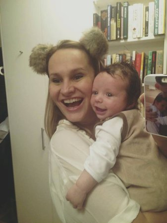 Vysmátá Monika a její syn Tadeáš.