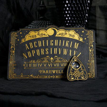Tabulku Ouija můžete koupit za 250 Kč, takže je dost možné, že si věštecká hra si najde své příznivce i u nás.
