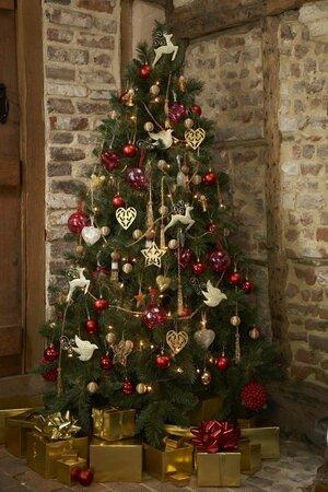 Vánoční stromek v tradičních barvách.