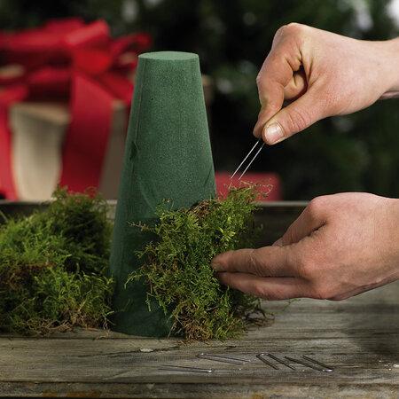 Na florexovou formu pomocí kovových sponek pečlivě přichyťte pláty mechu. Mech by měl být očištěný a usušený.