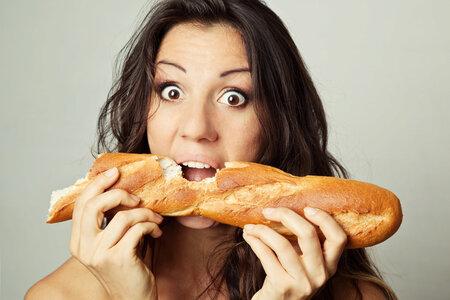 Během PMS naše tělo touží po sacharidech.