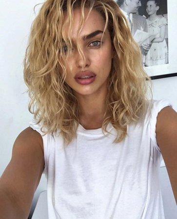 Jak se vám líbí Irina v blond vlasech?