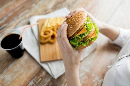 Sacharidy jsou například i v hamburgeru.