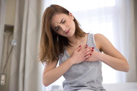 Příznaky infarktu u žen se od těch mužských liší.